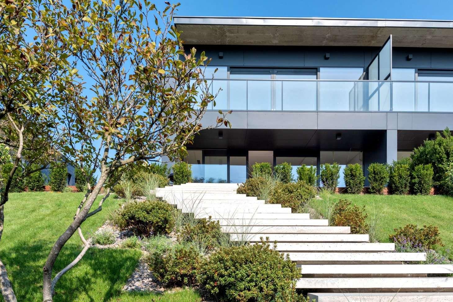 Elewacja domu – beton architektoniczny lub drewno. Co jest lepsze?